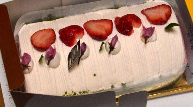 【ケーキ】桜のロールケーキを東加古川のモンブランで買って食べたら春の味がした。